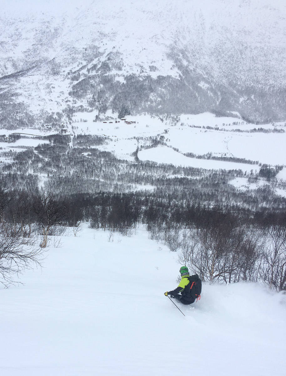 SKIOMRÅDET: Det var i dette området to ble begravd søndag. Her kjører Endre Hals på ski ved en annen anledning. Foto: Tore Meirik