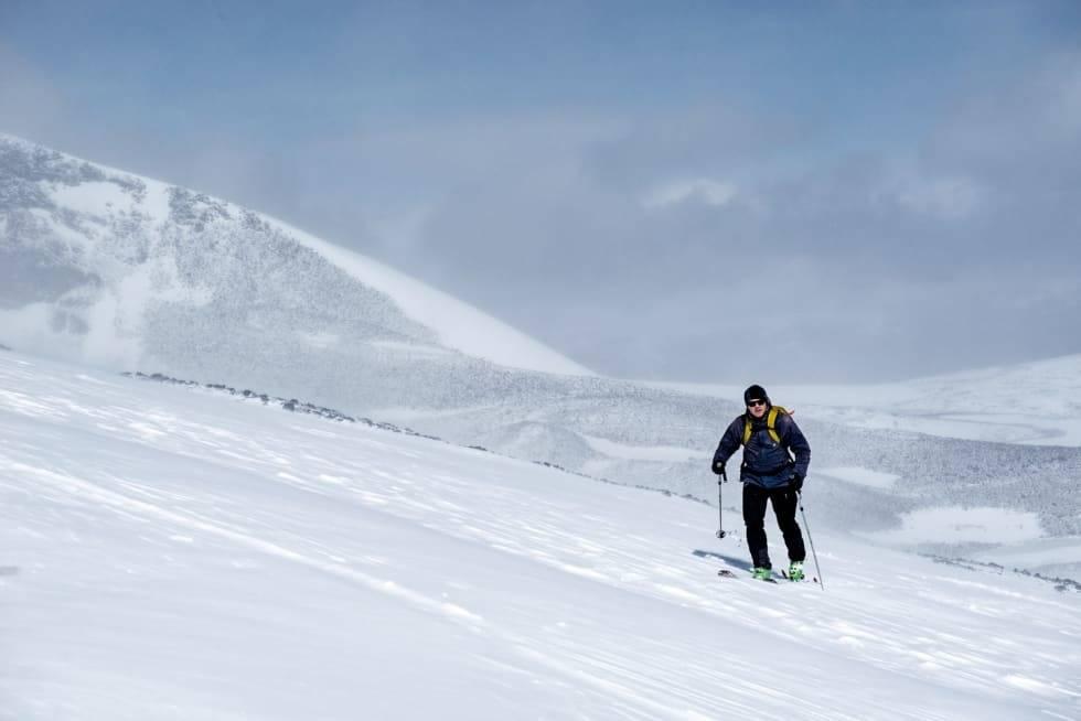Tore Meirik med toppturstøvler på vei opp fjellet