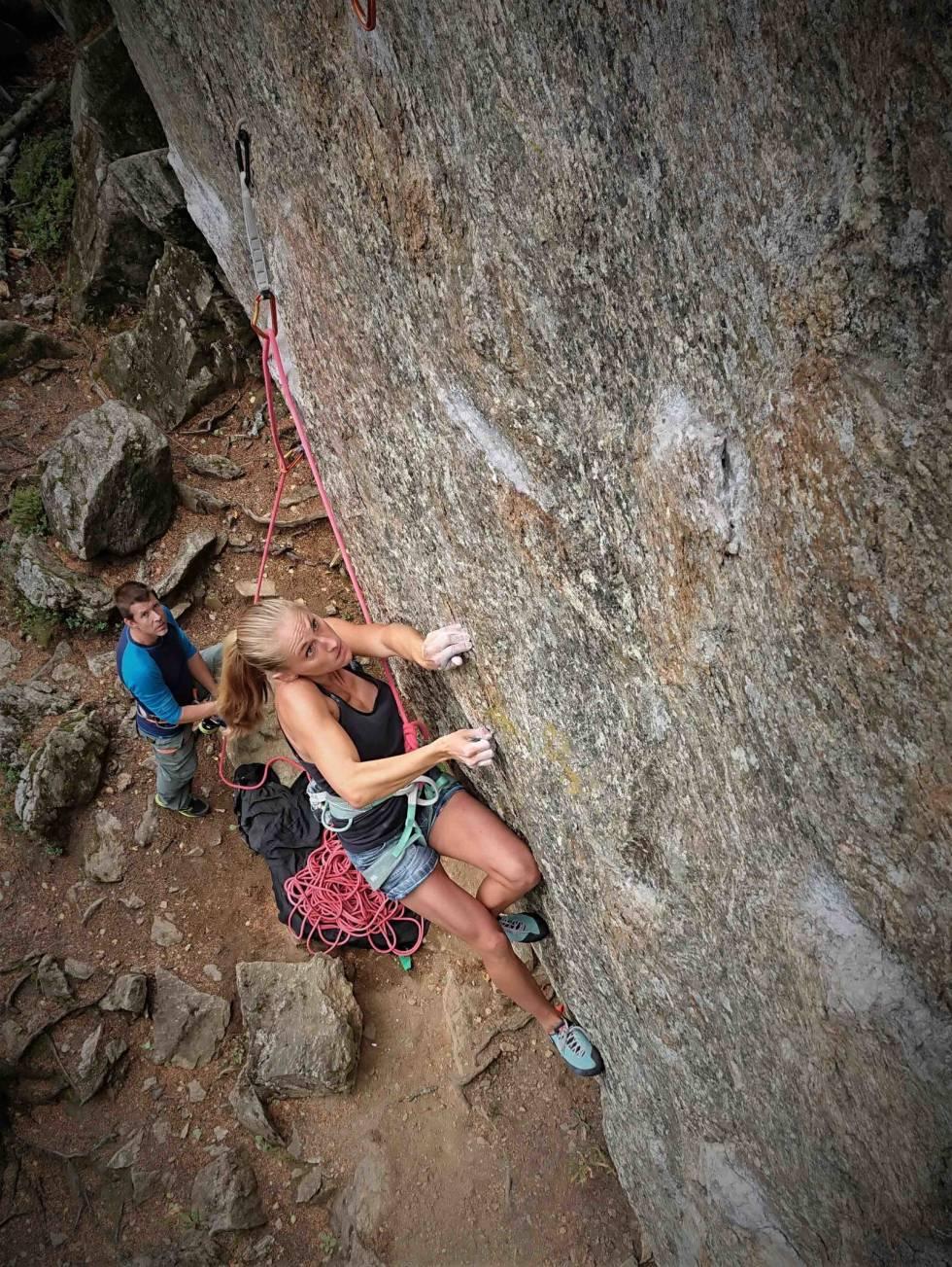 Fokus: Victoria Nordberg på vei ut av cruxet på Sadomaoisten, 8+. Foto: Paula Voldner