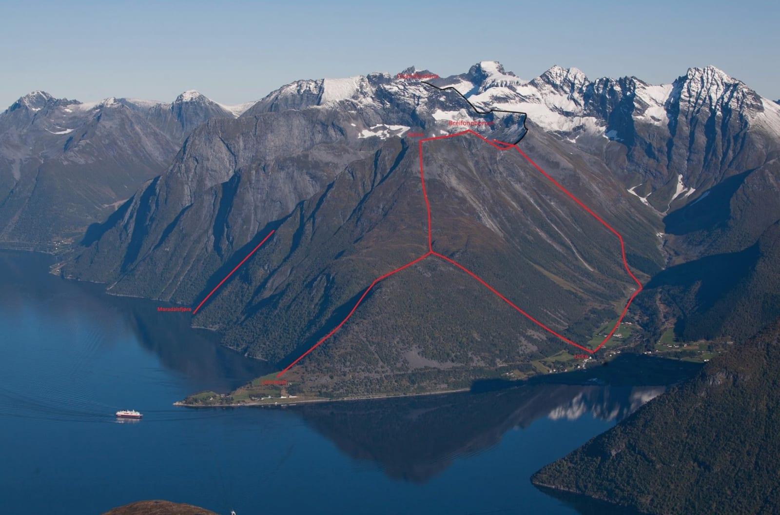 Inntegnet turer over Hjørundfjordegga. SVart rute er ikke merket på turen., heller ikke returen ned Nordkopen. Foto: Håvard Myklebust
