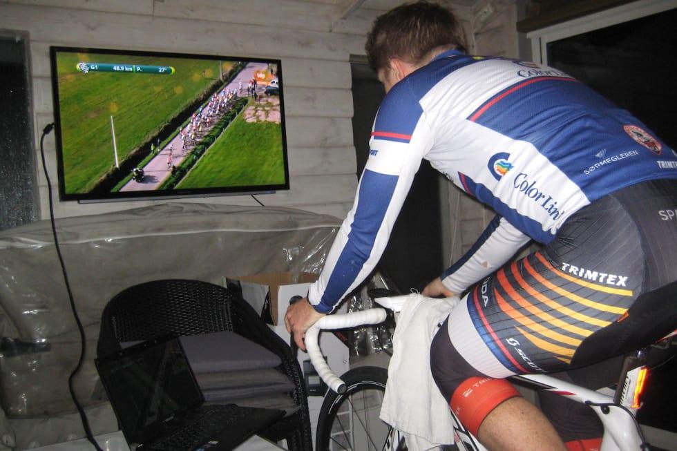 Sondre Linstad-Hurum rigger seg til på sin innbygde veranda når han skal trene på rulla - og gjerne med Tour de France på TV.
