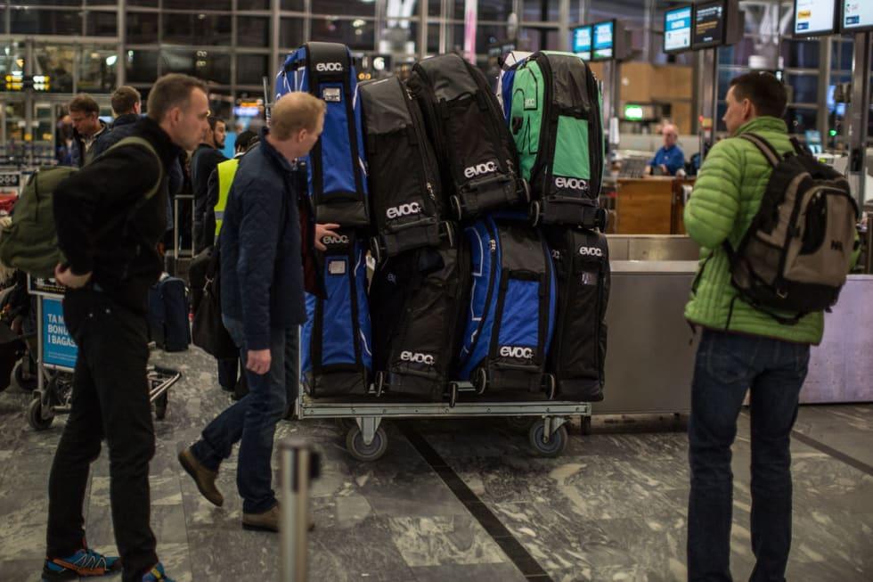 P28B9590-et-antall-hundre-kg-bagasje-m-ni-sykler-paa-tur-Josteinb-Haakon-og-Glenn