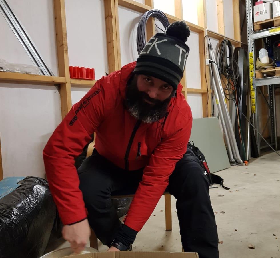 Pål Valbjørk rører i julegrøten. Foto: Hanne Holmstrøm Karlsen