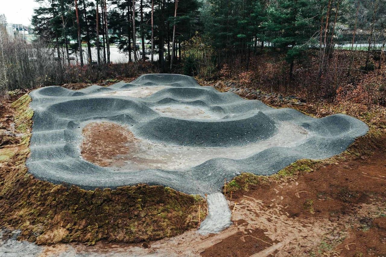 FIN PUMPTRACK: Bak Skien Fritidspark ligger pumptracken som er bygd av Rekkje Stiutvikling. Foto: John Andre Moldestad
