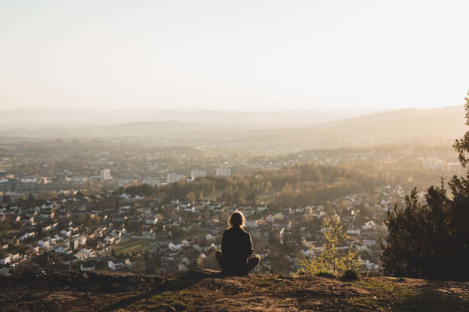 UTSIKT: Sigri Sandberg likar stader ho kan sjå langt og har funne seg ein «hemmeleg» sti til dette utsiktspunktet på Grefsenkollen i Oslo. Her kan ein sjå langt når det er lyst og endå lenger når det er mørkt.