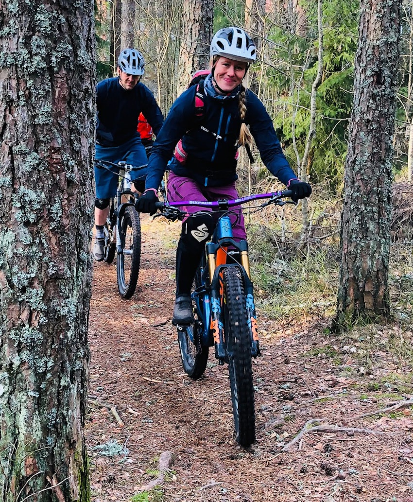 Anette Røssum Bastnes fra Team Terrengsykkel 2018 underveis på flytsti. Foto: Lars Thomte