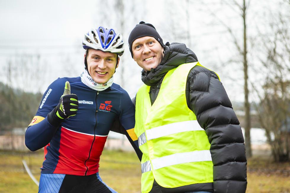Smil og glede blant både deltakere og funksjonærer. Foto: Pål Westgaard