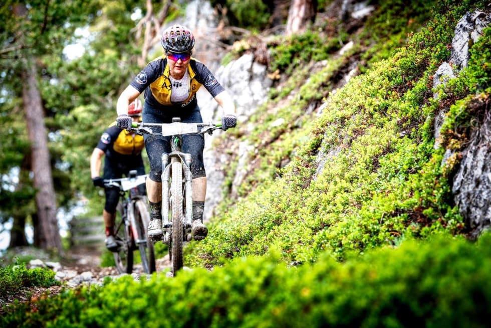 Synne Steinsland og Anders Seim knekker seg opp nok en teknisk stigning under Akps Epic: Foto: Remi Fabregue/Alps Epic