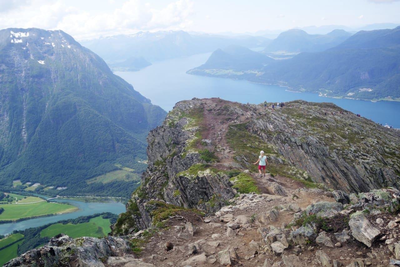 LETT TERRENG: På vei ned fra Romsdalseggen mot fjorden og elva Rauma.