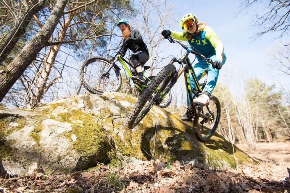 Aslak Mørstad og Brage Vestavik sykler på de aktuelle stiene på Ljanskollen. Foto: Christian Nerdrum/Fri Flyt
