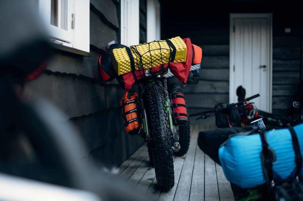 FULLPAKKET: Syklene til kursdeltakerne er pakke som om de skal i gang med Iditarod Trail Invitational. Det meste av oppakningen ligger igjen på hytta på selve rittdagen. Foto: Mikkel Soya Bølstad