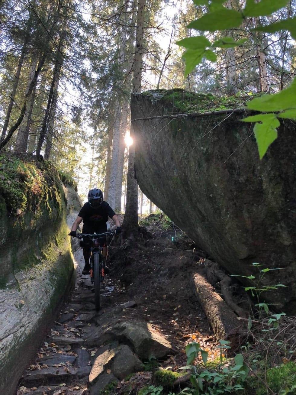 Stiene i Kjerringåsen byr på ulike elementer, både bygde og naturlige. Foto: Gavin Steder