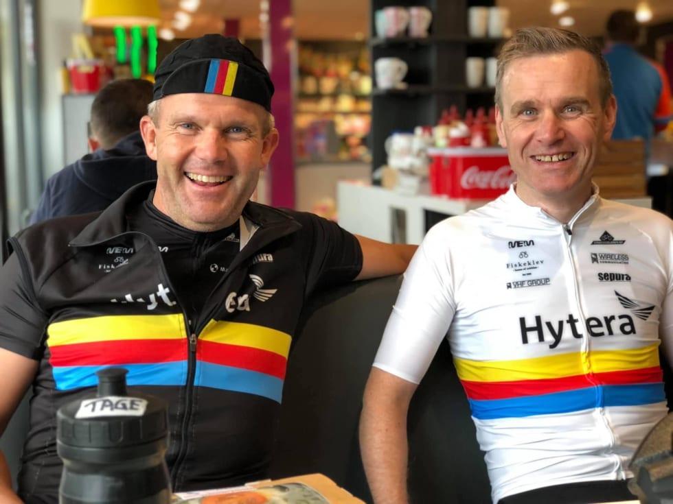 KAMERATSKAP: Klubbkollega Tage Solberg (til venstre) og Gaute Vikøren utveksler røverhistorier etter ritt. Foto: Fred Voldset