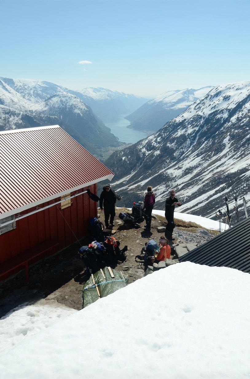 SISTE STOPP: Flatbrehytta gir deg utkikk helt ned til dalen du skal ende opp i. Foto: Sandra L. Wangberg