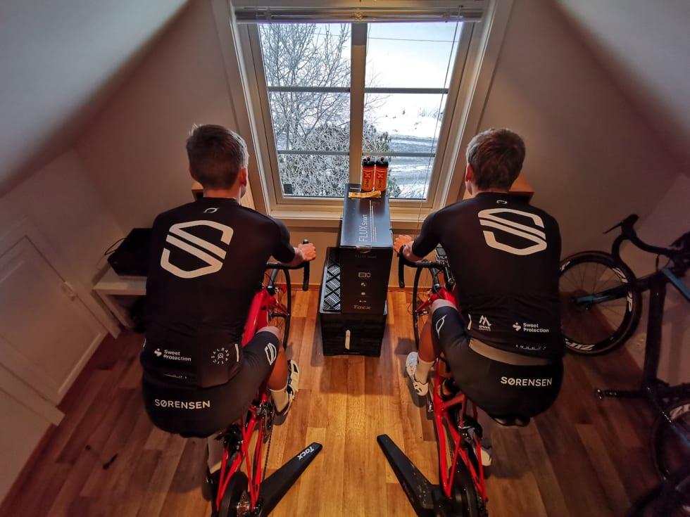 Anders og Tobias Johannessen sykler gjerne hardøktene sammen, men bortsett fra hverandre er musikken og utsikten eneste underholdning. Foto: Lars Johannessen