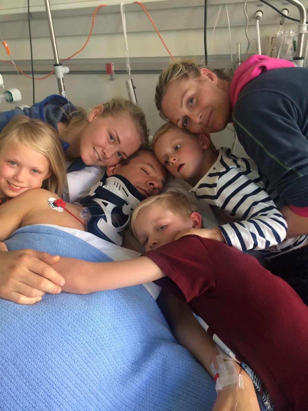 Sigurd Groven på sjukehuset sammen med familien etter stisykkelulykken i Lom. Foto: Privat