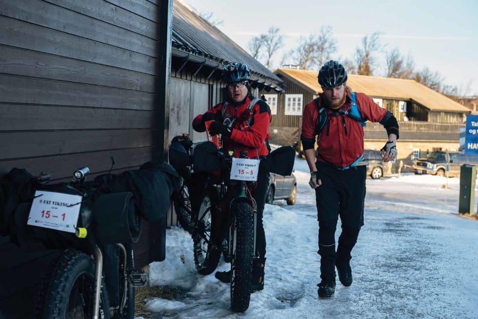 SUPERFINNENE: Toni Lund (til venstre) og Antti Sintonen er erfarne ultrasyklister og kaster ikke bort tiden ved første sjekkpunkt. Foto: Mikkel Soya Bølstad