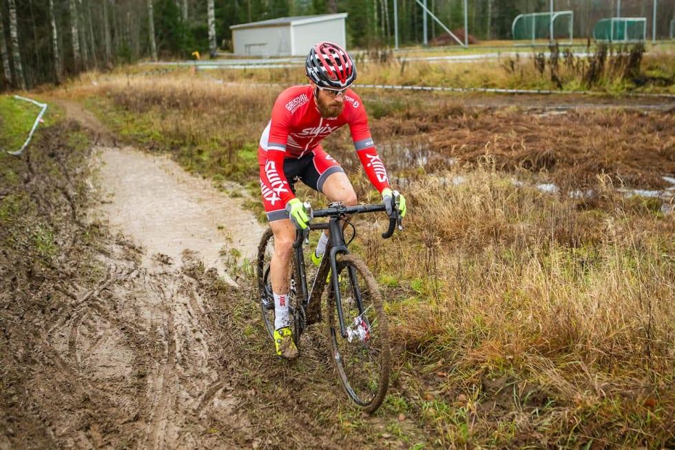 Morten Vaeng er en av lagets ryttere som også satser spesifikt mot kross etter at den ordinære terrengsykkelsesongen er over. Her fra seier på Dikemark-kross i november. Foto: Pål Westgaard