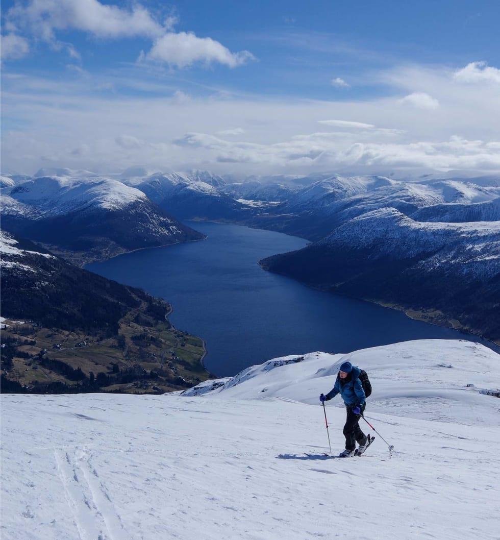 På vei mot Tindefjellet. Foto: Brit Siv Fimland. / Toppturar i Sunnfjord.