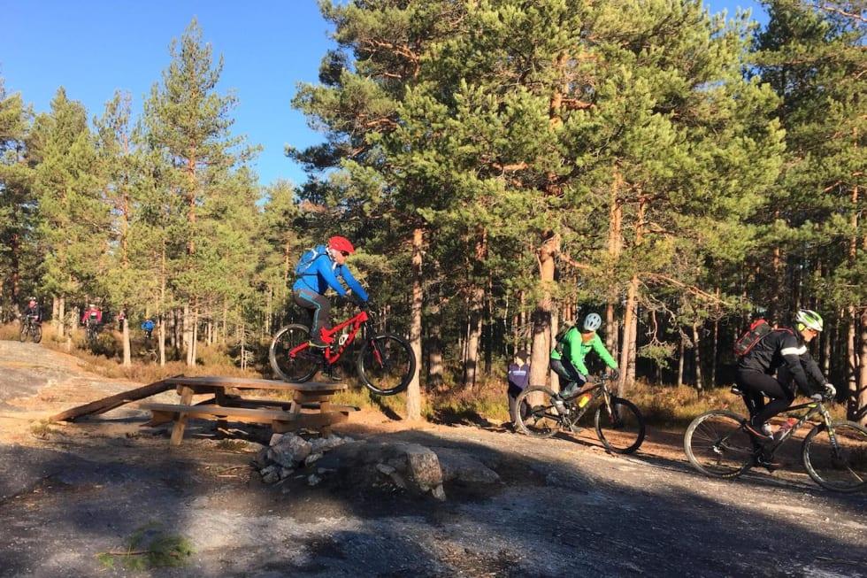 Fellestur Sørmarka Stisykkelklubb jumps Oct 28-18 Trond Dyrnes 1400x933