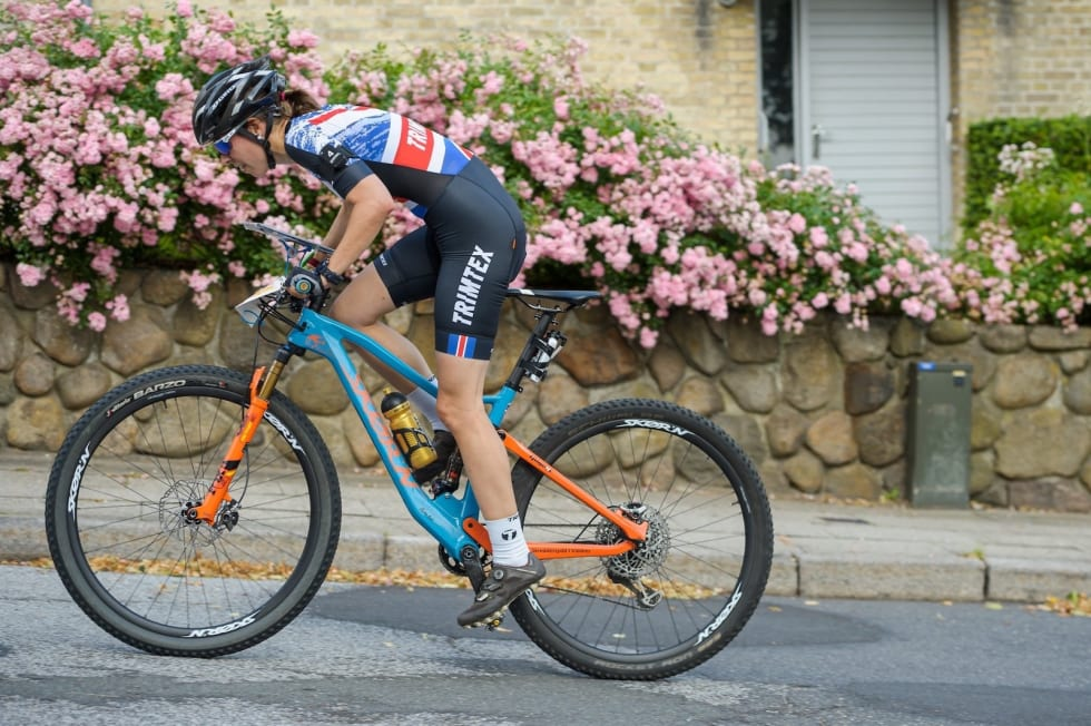 Emily Benham Kvåle sykler for Storbritannia i mesterskap og hjalp også laget til femteplass på stafetten i tillegg til sine fire individuelle gull. Foto: Donatus Lazauskas