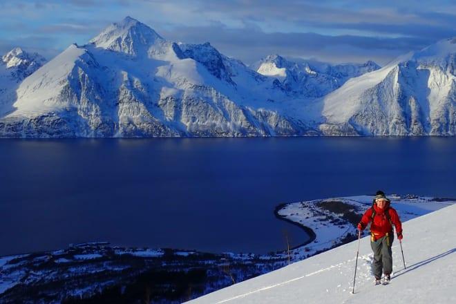 LITE Å DRASSE PÅ: Med lette toppturstøvler kan du gå lenger og mer komfortabelt. Her er sjefstester Erlend Sande på tur i Troms, med Fischer Travers på beina. Foto: Espen Nordahl