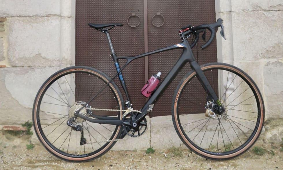 TESTSYKKELEN: En størrelse 55-sykkel for Landeveis mann på 184. Vinkelen på styret bør du passe på at butikken setter opp før styreteipen limes på. ;-)
