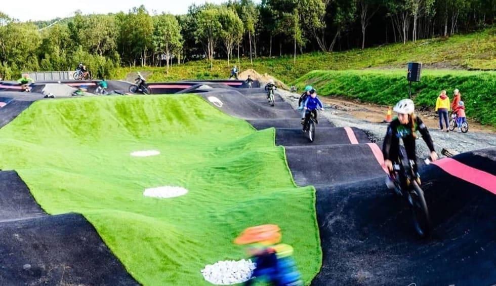 Over 50 barn bra Harstad CK var med å innvie det nye anlegget i Blåbærhaugen sykkelpark på lørdag. Foto: Jacob Eitrheim
