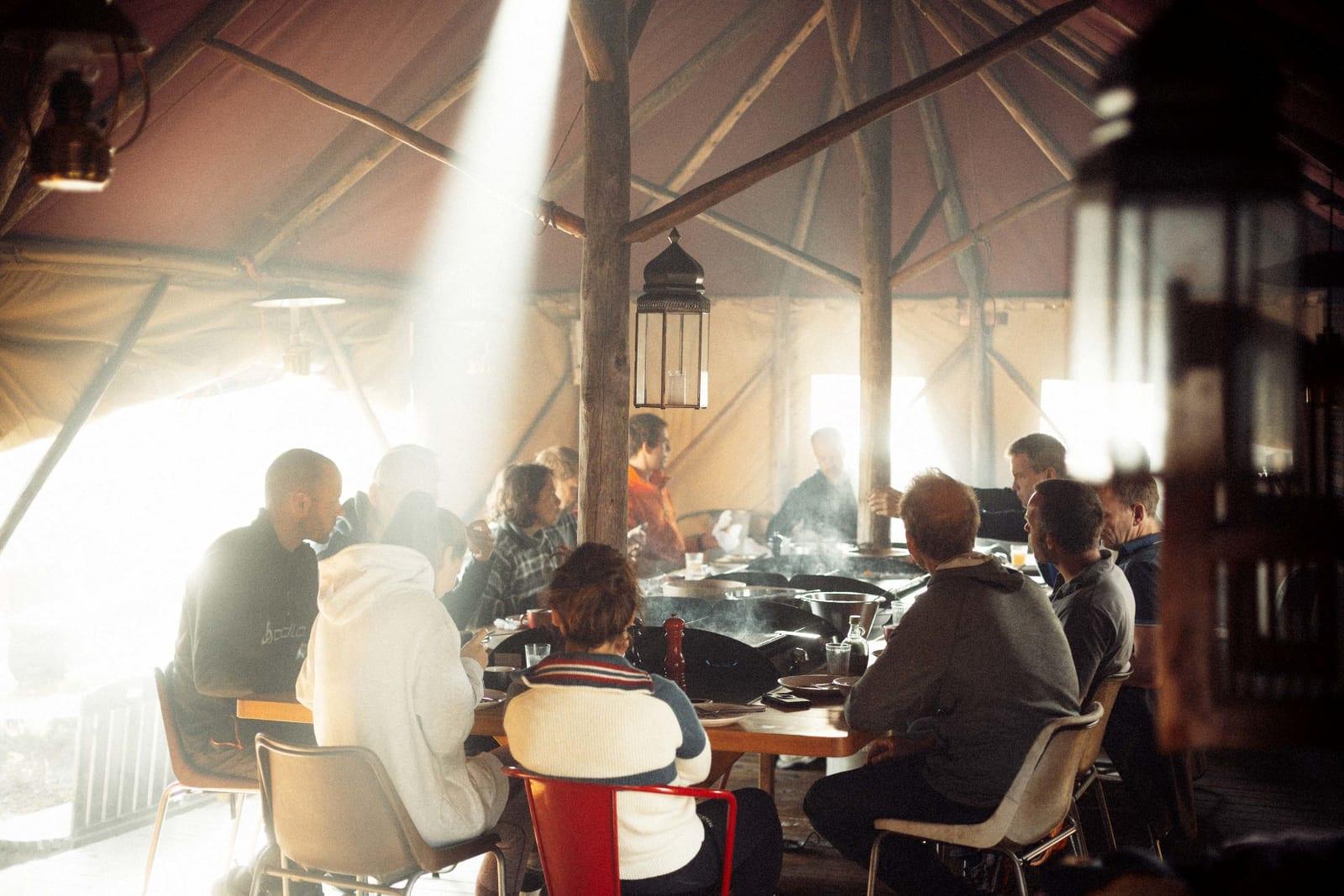 MORGENSTUND: Hver morgen begynner med felles lunsj rundt langbordet på Canvas Hotel.