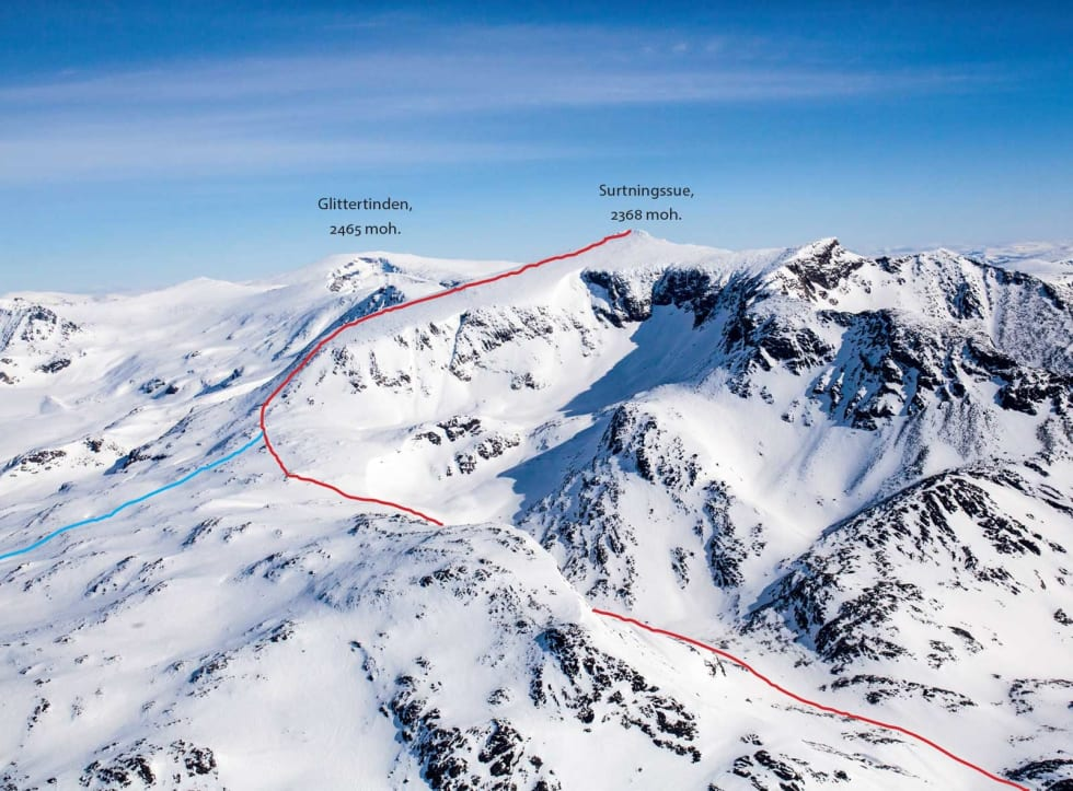 Nedkjøringen ifra Surtningssue (2358 moh) kan by på fantastisk kjøring. Den røde varianten har terreng brattere enn 30 grader. Hvis du er usikker på skredfaren eller egne skiferdigheter, anbefales den blå varianten. Foto: Marte Stensland Jørgensen / Høgruta i Jotunheimen