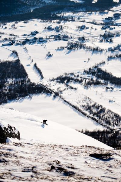 FINE FORHOLD: Tindevegleder Pål Røsrud tester frikjøringsski på fint føre vest for skisenteret i Oppdal. Foto: Martin I. Dalen