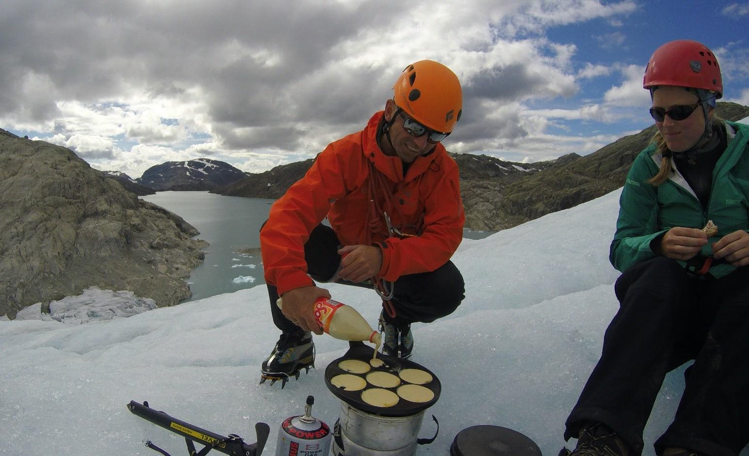 VARMLUNSJ: En hyggelig overraskelse fra Torbjørn som sørger for pannekaker til alle.