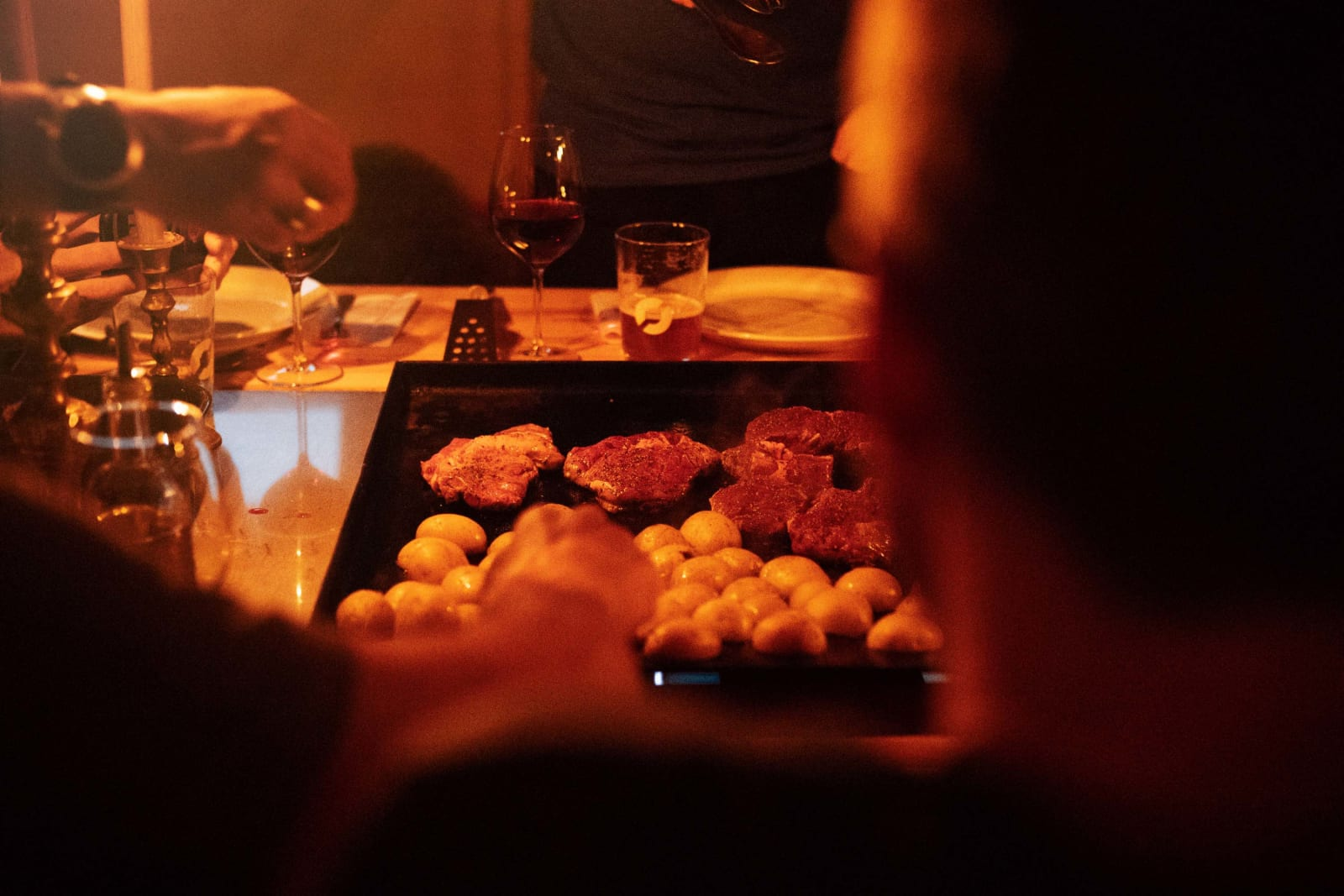DIY: Maten blir servert rundt langbord med store griller i midten. Her kan du selv tilberede dagens rett.