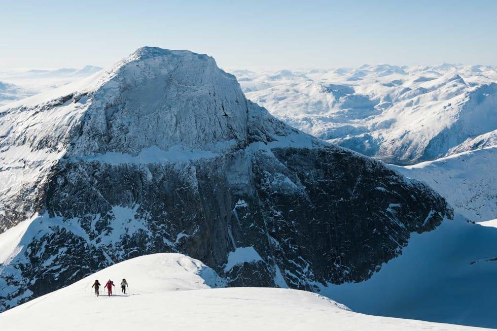 JP Auclair, Andreas Fransson og Mikael af Ekenstam på tur opp toppryggen nedenfor Halls fortopp på Stetind. Foto: Daniel Rönnbäck / Toppturer rundt Narvik