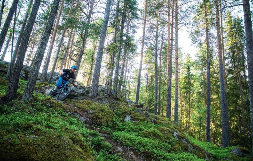 BEVEGELSE: Knut Myking blir både beveget og han beveger seg når han sykler på smal sti – særlig hjemme i Ål. Foto: Vegard Breie