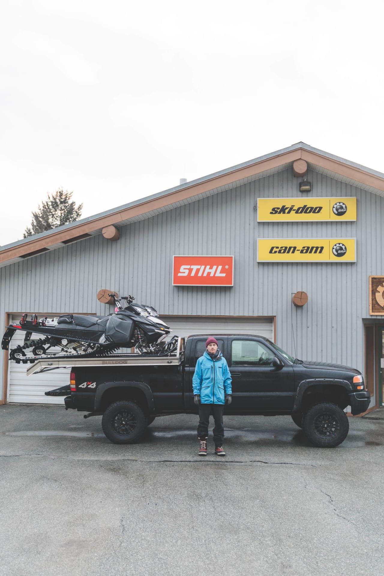 Nikolai Schirmer modell i Canada med bil og snøskuter