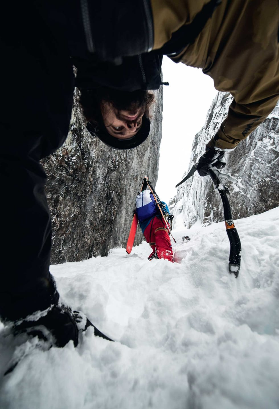 JP Auclair følger Andreas Fransson opp Kulhornsrenna. Foto: Daniel Rönnbäck / Toppturer rundt Narvik.