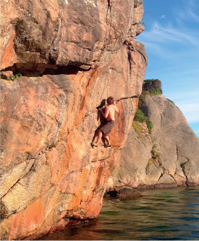 ENKEL MORO: Å klatre over vann er favorittsommersporten til mannen som er i ferd med å ta doktorgrad i snøskred. Foto: Privat