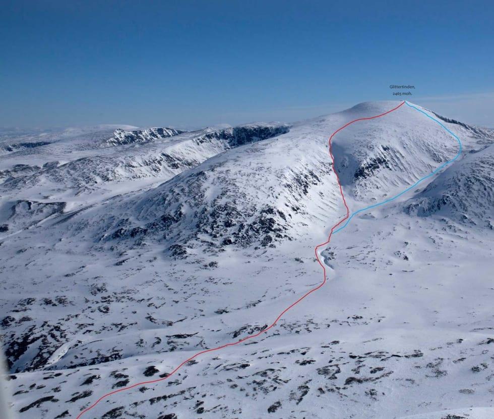 To nedkjøringsvarianter fra Glittertinden (2460 moh). Den røde er brattere og holder mer snø. Den blå er slakere, men du skal våre obs på at det ofte kan være tynt snødekke og steinete.  Foto: Marte Stensland Jørgensen / Høgruta i Jotunheimen.