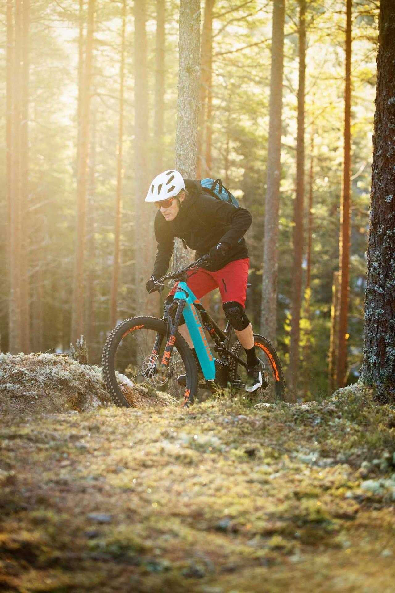 BAKVENDT: Med ekstra watt kan du komme deg opp klatringer du bare drømte om, eller ikke har orket. Øyvind Aas sykler for artighetens skyld opp en bratt utforkjøring under sykkeltesting i Trysil på Rocky Mountain Altitude Powerplay. Foto: Kristoffer H. Kippernes
