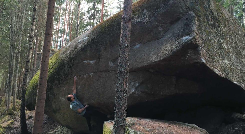 Bulder: Martin Mobråten går Høyspenning i Bissa (8A+) på Stange ved Hamar. Foto: Stian Christophsersen