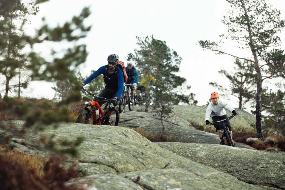 NEDTUR: Guiden vår Thomas B. Svendsen leder an gruppa ned svabergene etter en vel fortjent pause.