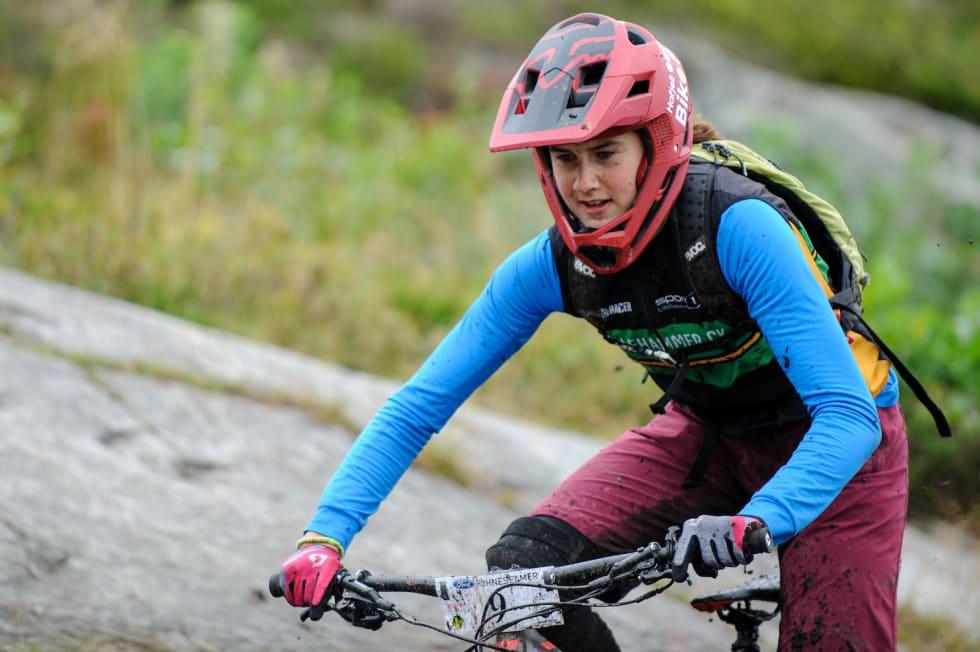 Hedda Brennengen Bjørklund debuterte i enduro-sammenheng med seier i Hakadal Enduro på søndag. Men det er rundbane hun satser på, og til helga er det Norgescupfinalen i Halden som gjelder. Foto: Jon Borgersen