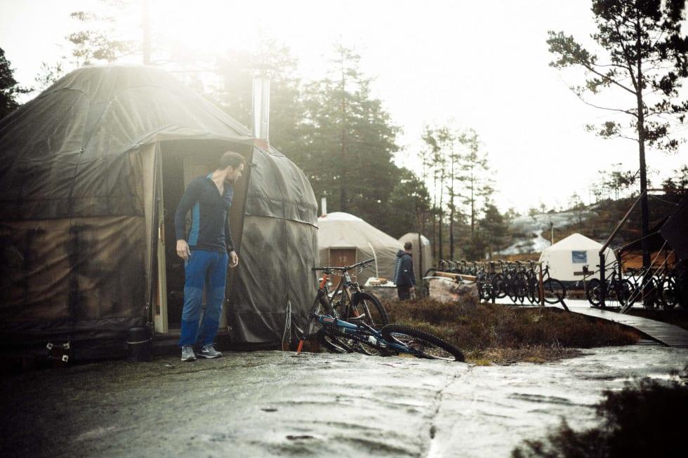 OPP OG STÅ: Gradvis våkner leiren til liv i morgensola.