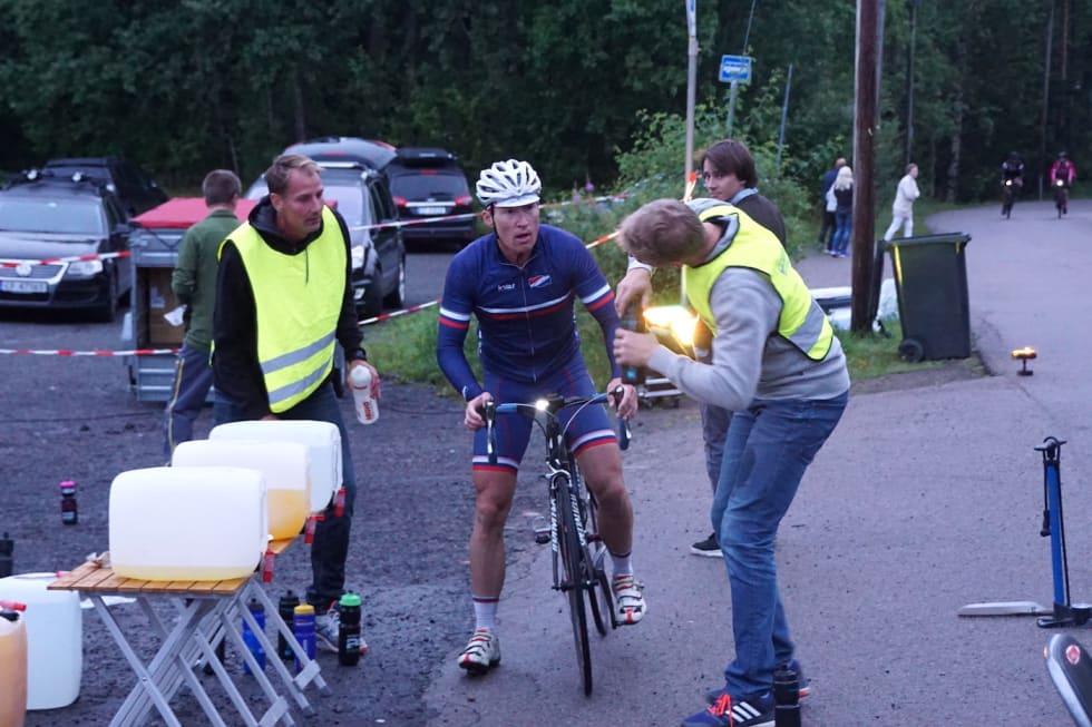 OMSORG: Det tar på å sykle 10 000 høydemeter, men Atle Thoresen, som vant den første utgaven av Hope Challenge i 2017, fikk både vått og tørt underveis. Foto: Bjørn Saksberg