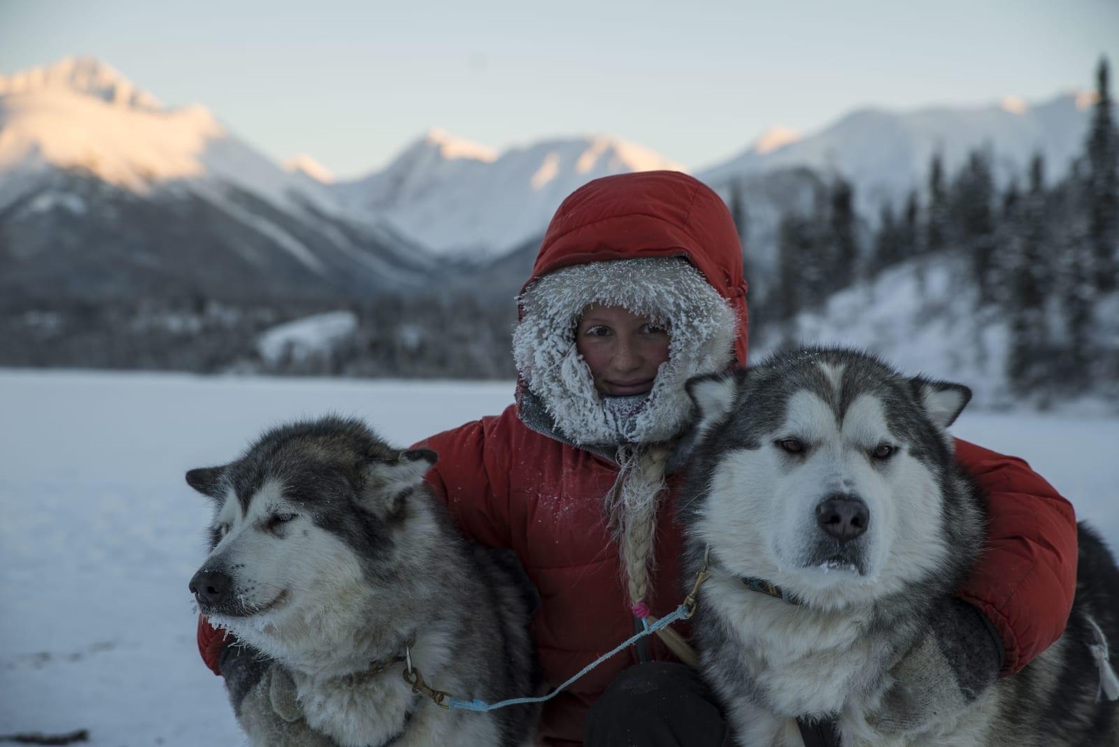 HUND OG VILLMARK: Her med Nanni og Nanook, Tonjes trofaste lederhunder. Foto: Per Anders Eira