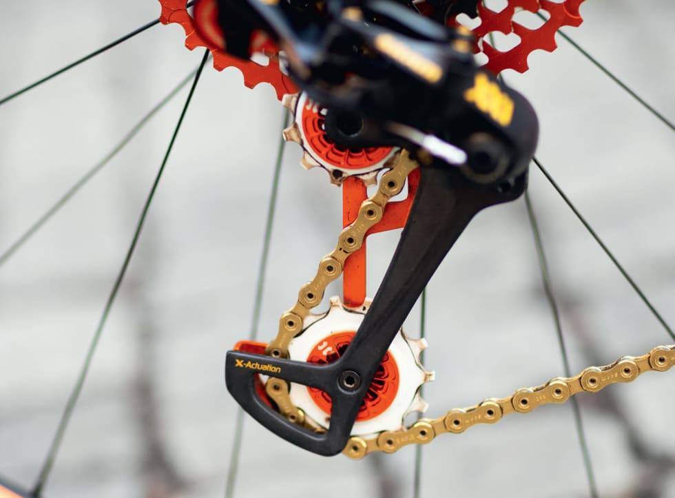 RACING-TUNE: Leonardi utstyrer også Wilier-laget med teflon-trinsehjul med keramiske lager og lettere bakarm til XX1-giret. Også vaier-spolen på giret er en spesialvariant fra Leonardi.