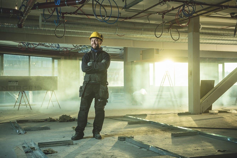 OG HALVE ÅRET HER: Petersson jobber som elektriker i Norge hver høst. Her er han på en jobbdag på et bygg i Lørenskog. Bilde: Vegard Breie