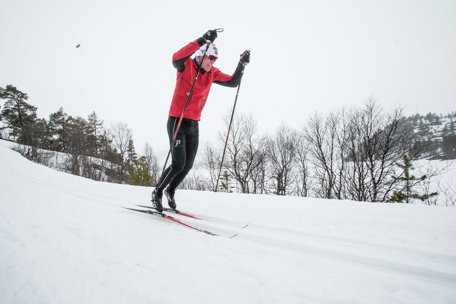 SKUMMELT: En skikkelig stake-spurt krever at du kommer deg godt opp på tærne og frem over skiene. Det kan virke skummelt for mange. Bilde: Christian Nerdrum