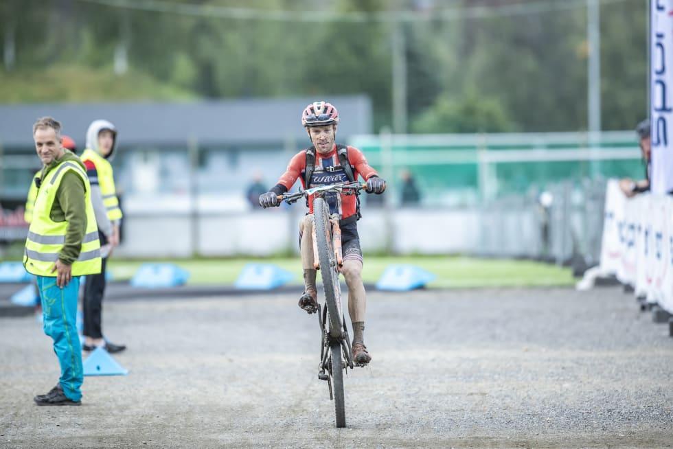 Ole Hem over mål med en wheelie. Foto: Pål Westgaard